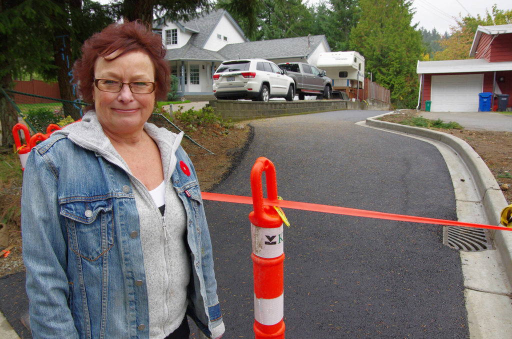 Neighbour wonders why new walkway next to her Nanaimo home doesn't come with a fence - Nanaimo News Bulletin
